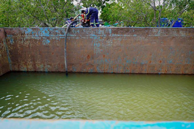 Chính quyền vận chuyển nước đến phát miễn phí cho dân