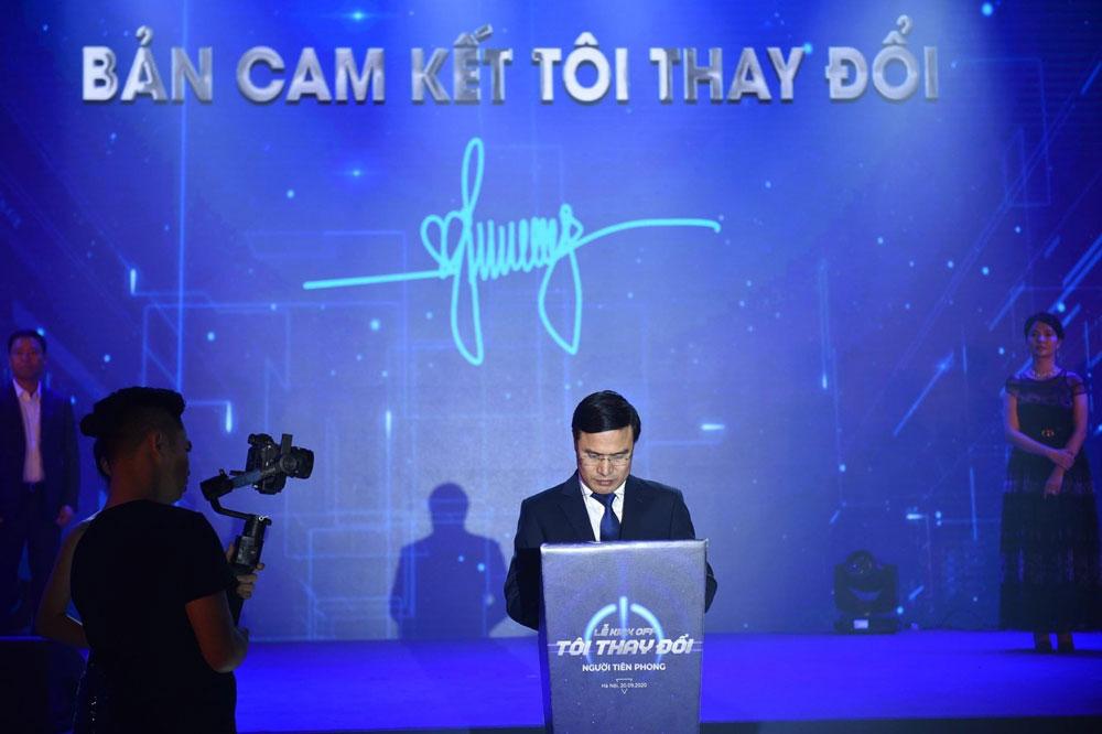 Tổng Giám đốc Toàn Mỹ, ông Nguyễn Văn Lương ký cam kết trong lễ Kick off TÔI THAY ĐỔI cùng ban lãnh đạo tập đoàn