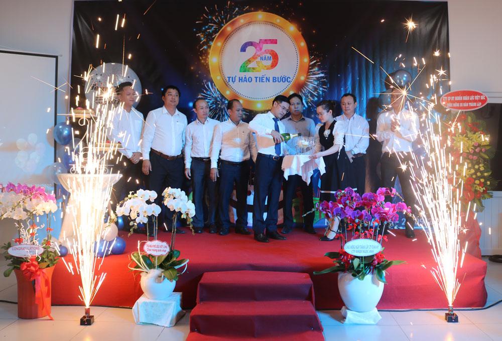 Ông Nguyễn Văn Lương, tổng giám đốc Toàn Mỹ khai tiệc cùng ban lãnh đạo công ty