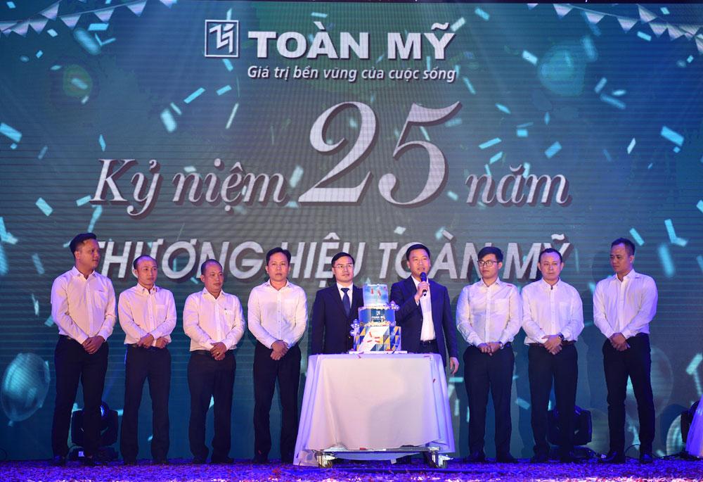 Chủ tịch tập đoàn Sơn Hà, ông Lê Vĩnh Sơn gửi lời chúc mừng và nhắn nhũ đôi điều cùng Toàn Mỹ